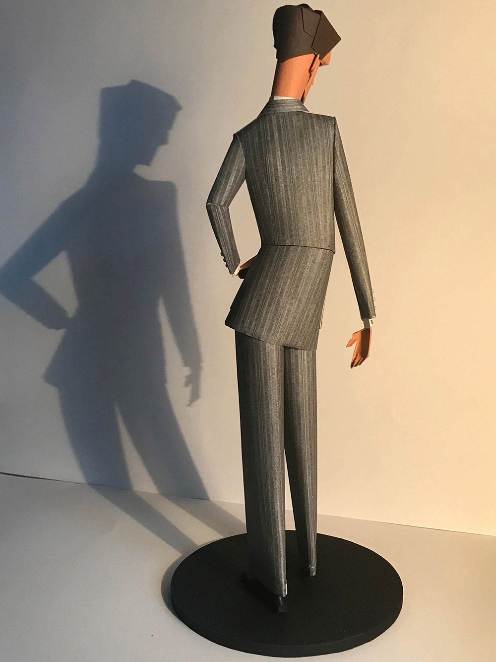8-saint-aubin-Elegant-au-costume-gris-2-galerie-bettina-art-contemporain-paris